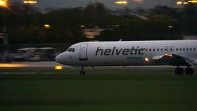 华沙,波兰- 2017年9月14日 福克战斗机100 Helvetic空中航线商业飞机着陆肖邦机场在晚上 库存照片