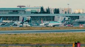 华沙,波兰- 2018年6月15日 SP-LDG全部波兰人航空公司巴西航空工业公司ERJ-170飞机乘出租车 免版税库存照片