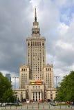 华沙,波兰 文化和科学宫殿在多云天 库存照片