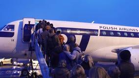 华沙,波兰- 12月, 23家人上的全部航空公司在机场飞行 免版税库存图片