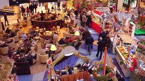 华沙,波兰- 2016年12月, 18日 圣诞节市场和咖啡馆在典型的现代商城 库存照片