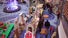 华沙,波兰- 2016年12月, 18日 圣诞节销售和市场在典型的现代商城蓝色城市 免版税库存照片