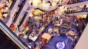 华沙,波兰- 2016年12月, 18日 圣诞节销售和市场顶视图在典型的现代商城 库存照片