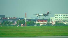 华沙,波兰- 2017年5月, 18日 在肖邦机场抽签波兰航空公司投炸弹者破折号8 Q400推进器飞机着陆 图库摄影