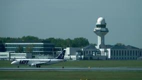 华沙,波兰- 2017年5月, 18日 抽签在跑道热之外的波兰航空公司飞机起飞和肖邦机场塔台 库存图片