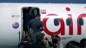 华沙,波兰- 2017年5月, 18日 柏林航空飞机搭乘在机场 免版税库存照片