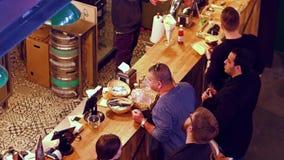 华沙,波兰- 2017年3月, 4日 站立在酒吧的人 4K录影 免版税库存图片