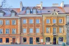 华沙,波兰- 2016 1月04日,美丽的五颜六色的大厦在晴天在老镇华沙 库存照片