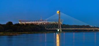 华沙,波兰- 2016年7月20日:上升的fullmoon的全景在全国体育场和Swietokrzyski桥梁的 免版税库存照片