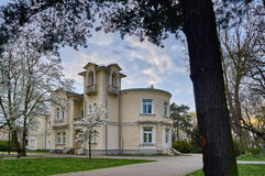 华沙,波兰- 2016年4月14日:图书馆在退伍军人的大厦孩子的和青年时期停放在春天,凝视Wlochy 免版税图库摄影
