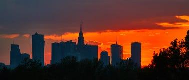 华沙,波兰- 2016年5月04日:日落在市中心,与剪影宫殿文化和科学- PKiN - 免版税库存照片