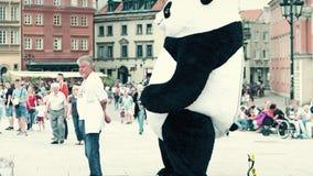 华沙,波兰- 2017年6月10日 佩带在老镇街道上的人大熊猫服装步行 免版税库存照片