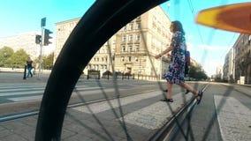 华沙,波兰- 2017年7月18日 城市行人穿越道和转动的自行车轮子特写镜头 免版税库存照片