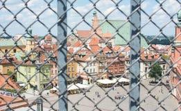 华沙,波兰- 6月16 :城堡方形的视图通过铁篱芭 图库摄影