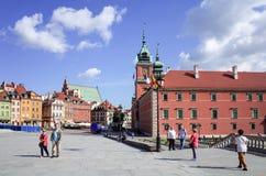 华沙,波兰- 8月1 :游人徒步街道在华沙, P 免版税库存图片