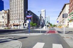 华沙,波兰- 8月1 :游人徒步街道在华沙, P 库存图片