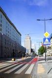 华沙,波兰- 8月1 :游人徒步街道在华沙, P 库存照片