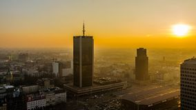 华沙,波兰- DEC 27日2017年:市中心的顶视图 旅馆万豪 夜间 日落 库存照片
