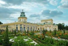 华沙, 2013年10月- 4月7日:皇家住所在Wilanow 宫殿和博物馆庭院和staues 库存照片