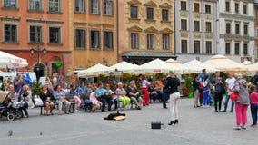 华沙-波兰, 2015年8月:演奏无意识而不停地拨弄,大广场的提琴手 股票视频