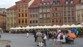 华沙-波兰, 2015年8月:演奏无意识而不停地拨弄,大广场的提琴手 股票录像