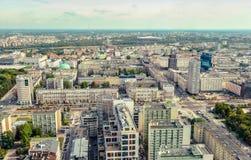 华沙/波兰- 09 15 2015年:在市中心房屋建设和街道的全景 库存图片