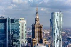 华沙/波兰- 03 16 2017年:在老建筑学大厦和现代摩天大楼的鸟瞰图 免版税库存照片