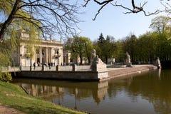 华沙 Lazienki (巴恩)皇家公园 水的宫殿 库存图片