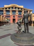 华特・迪士尼和米老鼠雕象 免版税库存图片