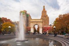 华盛顿广场公园和喷泉在秋天 库存图片