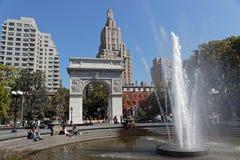 华盛顿广场公园喷泉和曲拱 免版税库存照片