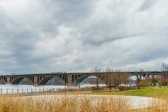 华盛顿特区、关键桥梁和反射在波托马克河 免版税库存照片