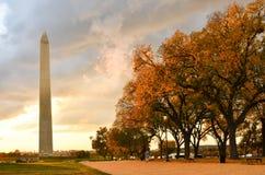 华盛顿特区,华盛顿纪念碑在秋天 免版税库存图片