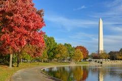 华盛顿特区,有华盛顿纪念碑的宪法庭院在秋天 免版税库存照片