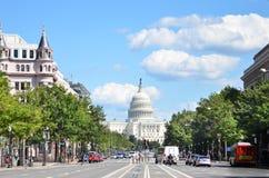 华盛顿特区,美国国会大厦大厦。从从宾夕法尼亚大道的一个看法 免版税库存照片