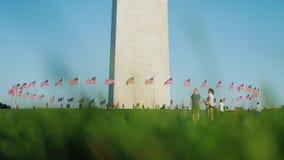 华盛顿特区,美国, 2017年10月:人们在华盛顿纪念品附近在城市的心脏走 影视素材