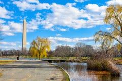 华盛顿特区,美国 从宪法庭院的华盛顿纪念碑 免版税库存照片