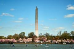 华盛顿特区,美国- 2018年4月:在樱花节日期间,华盛顿纪念碑横跨潮水坞观看了 图库摄影