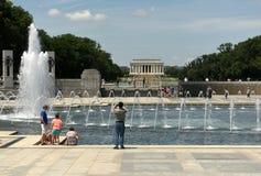 华盛顿特区, - 2018年6月01日:访客二战memori 免版税库存图片