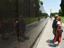华盛顿特区, - 2018年6月01日:越战备忘录的访客 免版税图库摄影