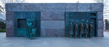 华盛顿特区,- 2018年4月08日:等待分配救济食物的队伍和农村夫妇由乔治席格尔被创造,富兰克林・德拉诺・罗斯福雕刻 库存照片