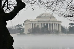 华盛顿特区-在雾的杰斐逊纪念品 免版税库存照片