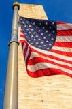 华盛顿纪念碑和美国国旗 免版税库存照片