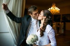 华美婚礼夫妇亲吻 库存图片