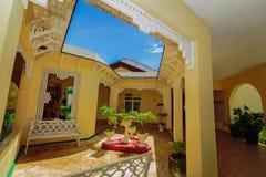 华美的减速火箭的记忆Caribe旅馆地面和时髦的美好的建筑学样式自然风景视图  免版税库存图片