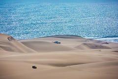 华美的吉普-徒步旅行队通过沙丘 库存照片