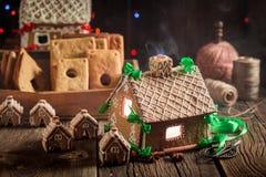 华美的圣诞节姜饼村庄在老车间 库存照片