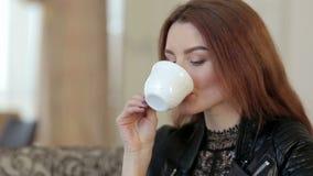 华美的在咖啡馆,特写镜头的女孩饮用的咖啡 影视素材