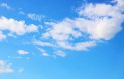 华美的在蓝天的夏令时白色云彩 免版税库存图片
