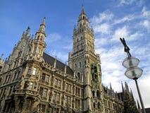华美的在Marienplatz的新市镇霍尔或Neues Rathaus在慕尼黑,巴伐利亚 免版税库存照片